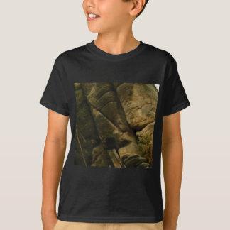 Camiseta rocas grises del estruendo