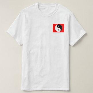 camiseta roja del bolsillo de yang del yin