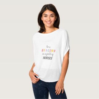 Camiseta Sea un unicornio en un campo de la ropa de los