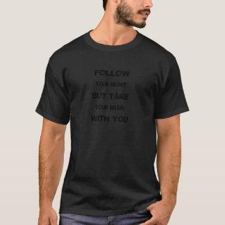 Camiseta siga su corazón toman su cerebro con usted