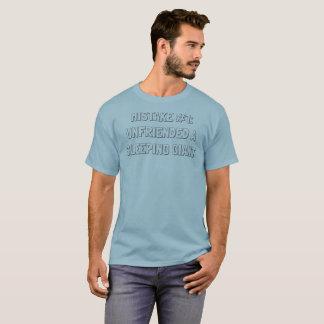 Camiseta Sin amigos un gigante durmiente