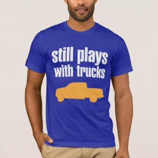 """Camiseta """"Todavía juega con los camiones """""""