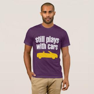 """Camiseta """"Todavía juega con los coches """""""