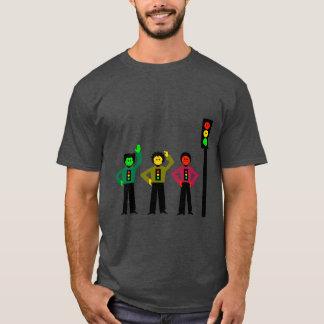 Camiseta Trío cambiante de la luz de parada al lado de la