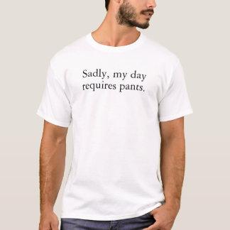 Camiseta Tristemente, mi día requiere los pantalones