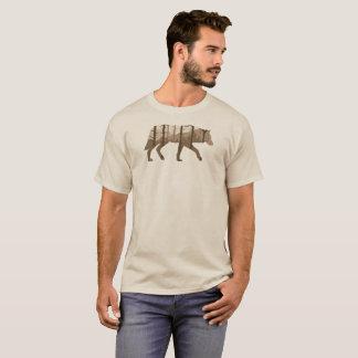 Camiseta Un lobo al aire libre con las montañas y los