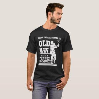 Camiseta Viejo hombre con una estafa de tenis