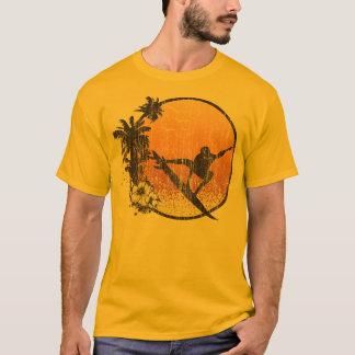 Camiseta Vintage que practica surf de Hawaii
