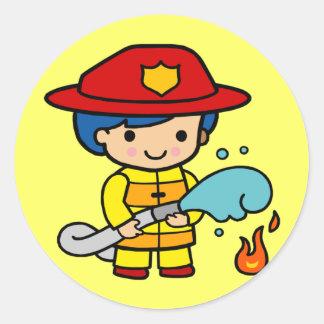 Camisetas de los bomberos de los niños y regalos etiqueta redonda