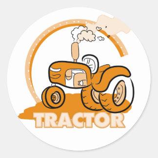 Camisetas y regalos anaranjados del tractor pegatina redonda
