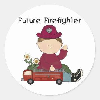 Camisetas y regalos futuros del bombero etiquetas redondas