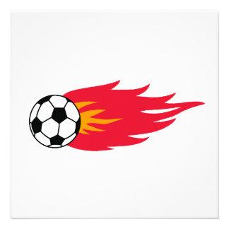 Camisetas y regalos llameantes del balón de fútbol invitacion personal