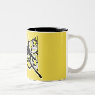 Camo amarillo y taza negra