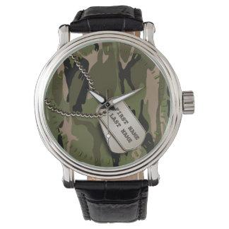 Camo verde con las placas de identificación reloj de mano