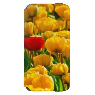 Campo de flores con los tulipanes rojos y funda cartera para iPhone 6 watson