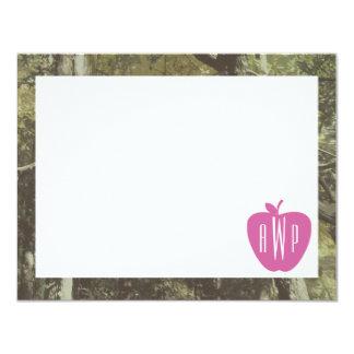 Camuflaje + Profesor con monograma rosado de Apple Invitación 10,8 X 13,9 Cm