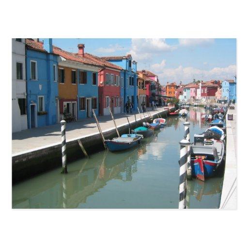Canal colorido en Burano, Italia Postales