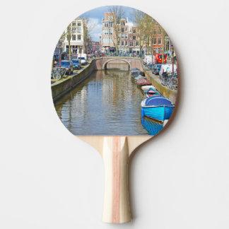 Canal de Amsterdam con los barcos Pala De Ping Pong