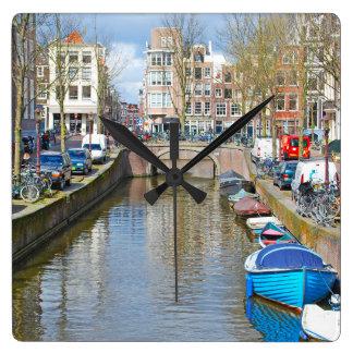 Canal de Amsterdam con los barcos Reloj Cuadrado