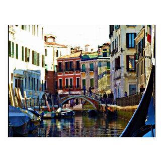 Canal italiano escénico de la góndola postal