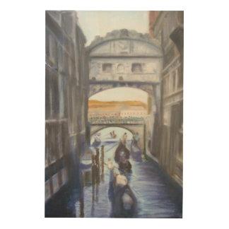 Canales de Venecia con el arte de madera de la