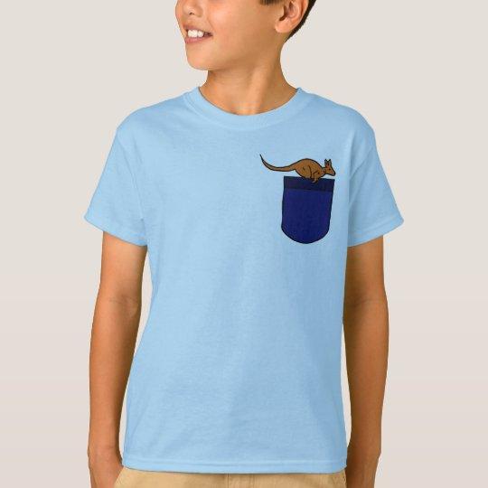 Canguro EA en una camisa del bolsillo