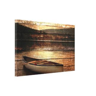 Canoa de madera primitiva de la casa del lago de lienzo