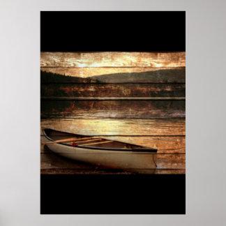 Canoa de madera primitiva de la casa del lago de póster