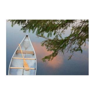 Canoa en el lago en la puesta del sol, Canadá Impresión Acrílica