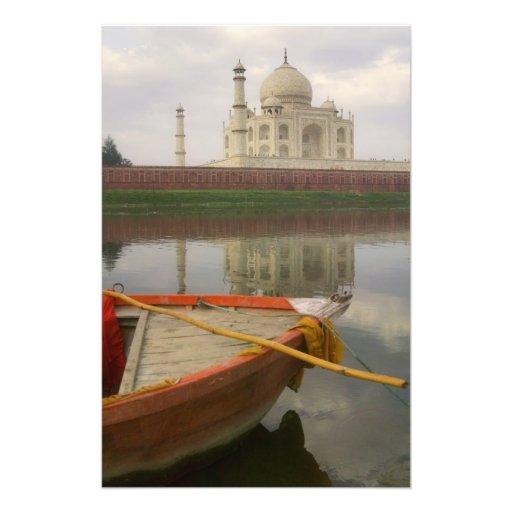Canoe en agua con el Taj Mahal, Agra, la India Impresiones Fotográficas