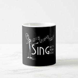 Cante con su taza del negro del alma