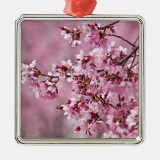 Capas del rosa en colores pastel de las flores de adorno navideño cuadrado de metal