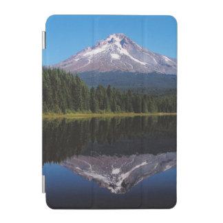 Capilla del soporte reflejada en el lago cubierta de iPad mini