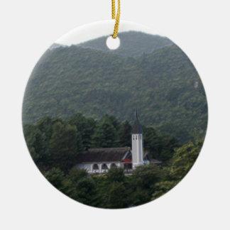 Capilla en el ornamento del valle del cielo adorno navideño redondo de cerámica