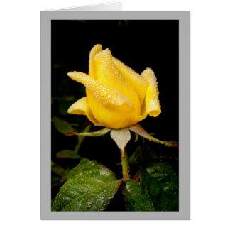 Capullo de rosa amarillo minúsculo con descensos tarjeta de felicitación