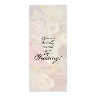 Capullos de rosa que casan la invitación