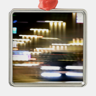 Car in street in urban city lights with distortion adorno navideño cuadrado de metal