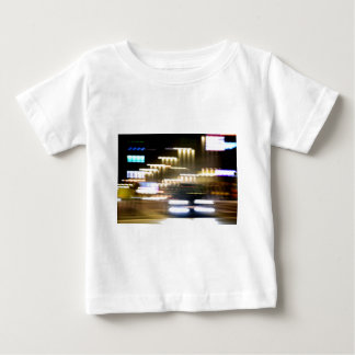 Car in street in urban city lights with distortion camiseta de bebé