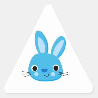 Cara azul linda del conejo de conejito calcomanías triangulos personalizadas