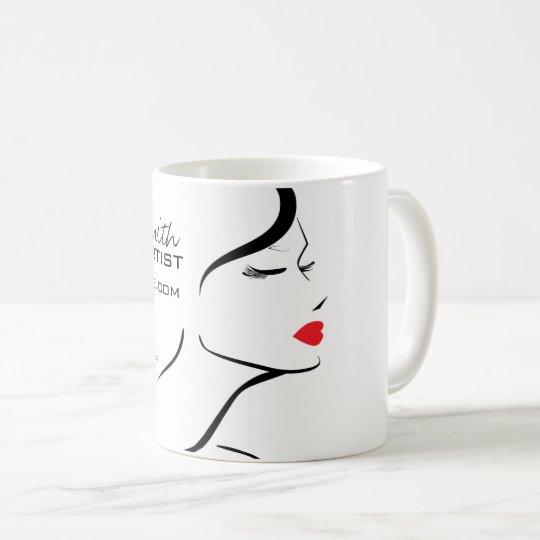 Cara de la mujer del icono del maquillaje en taza de café