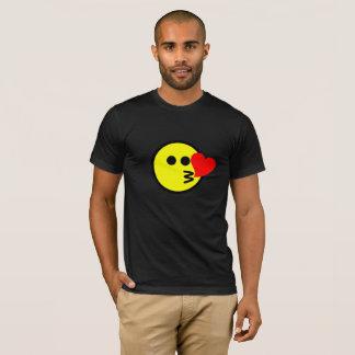 Cara divertida del smiley de Emoji que se besa Camiseta