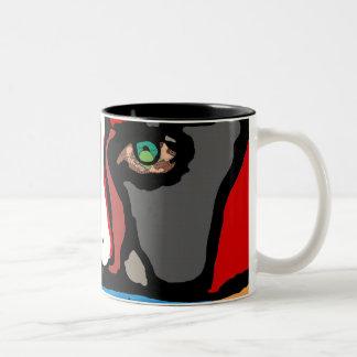 Cara en taza de café azul y anaranjada