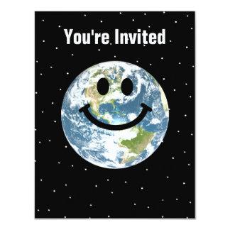 Cara feliz del smiley de la tierra invitación 10,8 x 13,9 cm