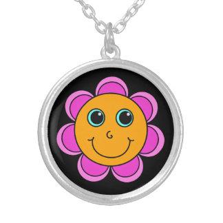 Cara rosada y anaranjada linda del smiley de la collar plateado