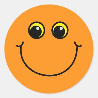 Cara sonriente anaranjada pegatina redonda