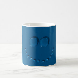 Cara sonriente hecha de waterdrops en un azul taza de café