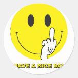 cara sonriente que da el dedo etiqueta redonda