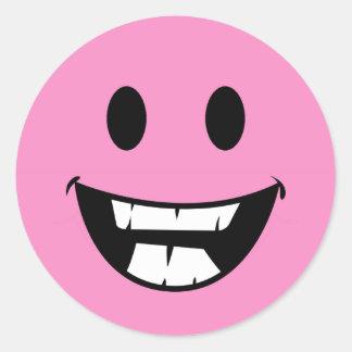 Cara sonriente rosada pegatina redonda