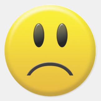 Cara sonriente triste etiqueta redonda