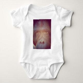 cara triste del orangután camiseta